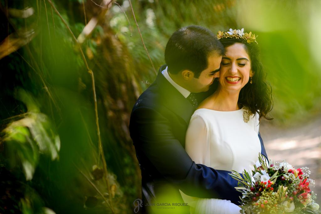Novios felices después de su boda mientras hacemos su sesión de exteriores