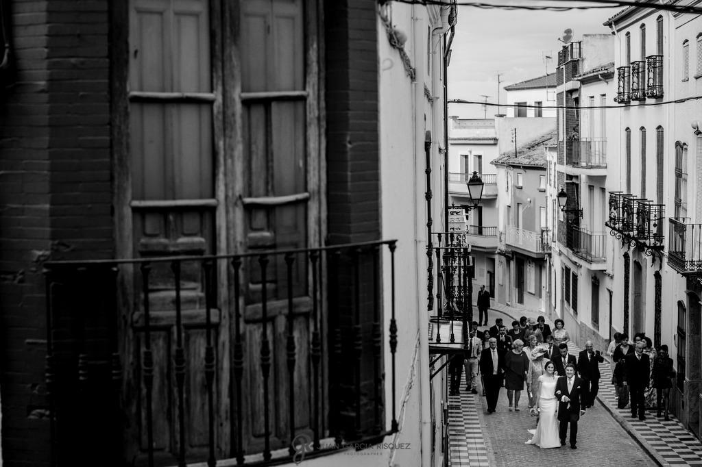 Novia caminando del brazo de su padre de camino a su boda en Jaén.