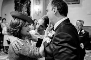 Novio emocionado junto a su madre una vez terminada su ceremonia en Jaén