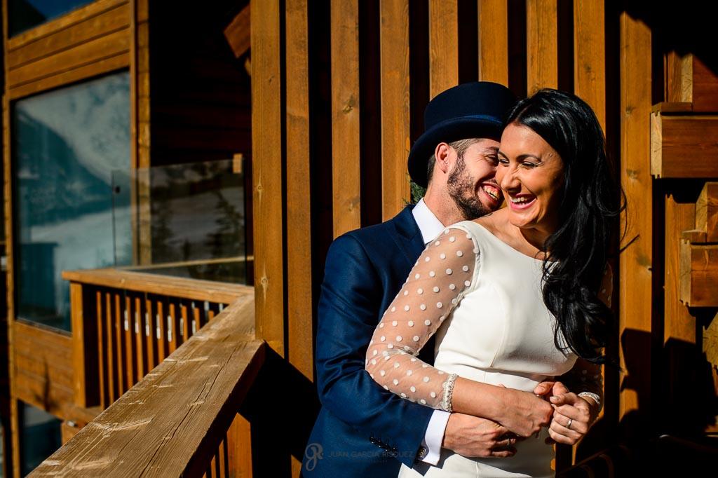 Pareja recién casada riendo en su reportaje de postboda sin prosado en Sierra Nevada