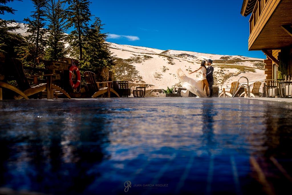 Novios posando para su fotografía creativa de postboda en el Hotel Lodge