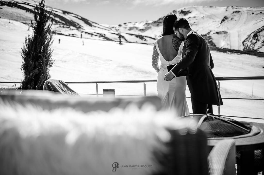 Novio besando a su novia en su reportaje de fotos de postboda en Sierra Nevada