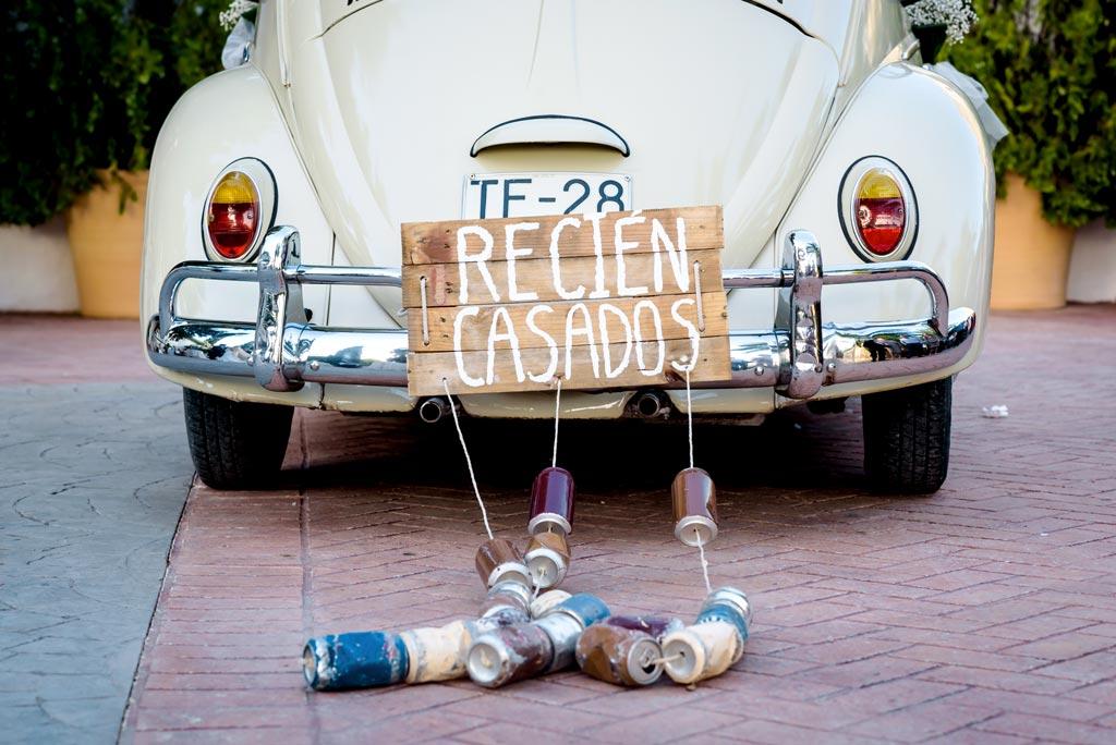 Escarabajo con latas para anunciar la llegada de los novios