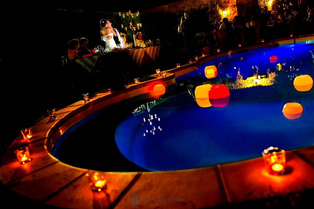 Novios besándose junto a la piscina de Finca el Cotillo de Linares, Jaén