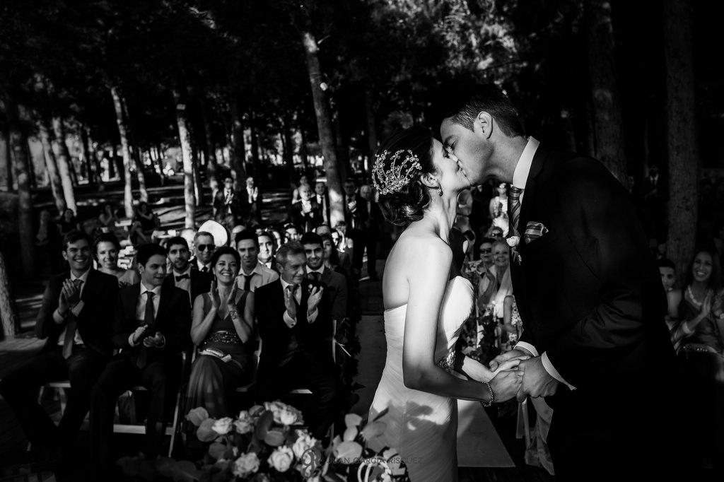 Novios besándose en su ceremonia civil en Cerro Puerta