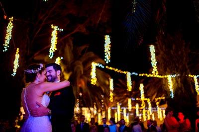 Pareja de novios en su primer baile de casados rodeados de todos los invitados de la boda