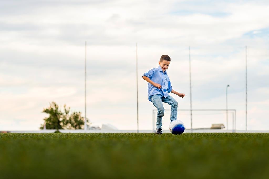 Fotografía de Carlos, un niño con enfermedad de la sangre jugando al fútbol