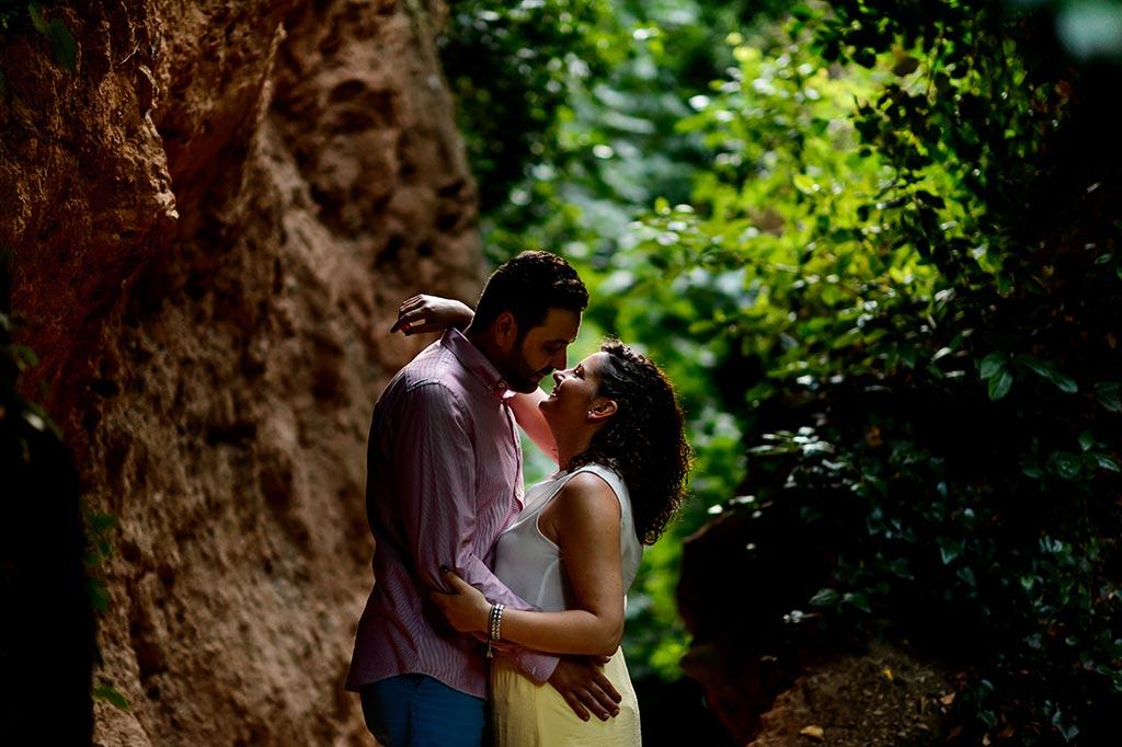 Fotografía de unos novios besándose en la naturaleza