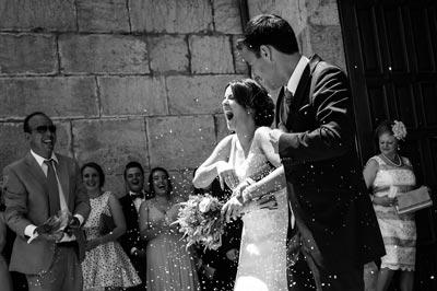 Fotografías diferentes de boda en Jaén mientras los novios salen de la iglesia