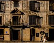 Novios paseando por el paseo de los tristes de Granada
