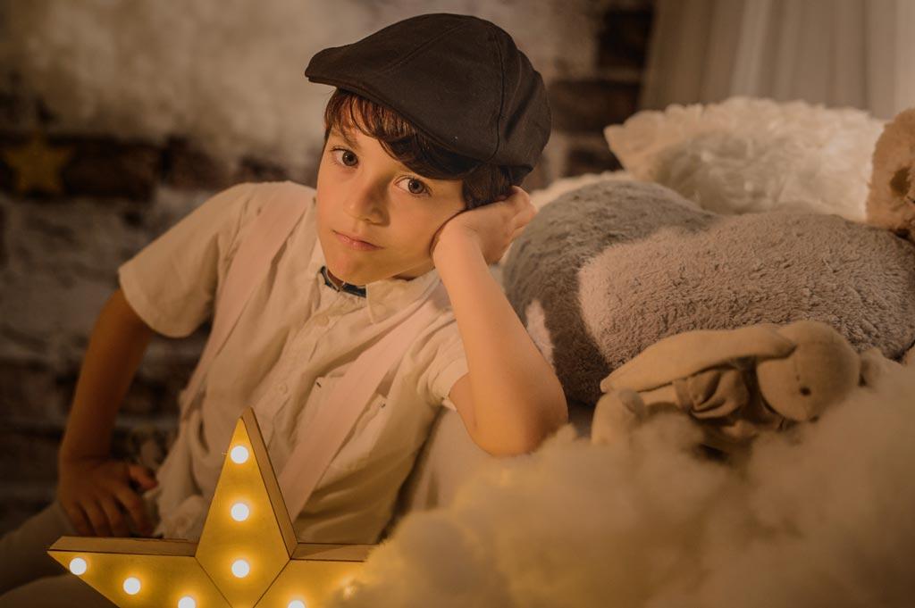 Niño posando para sus fotos de navidad en Jaén