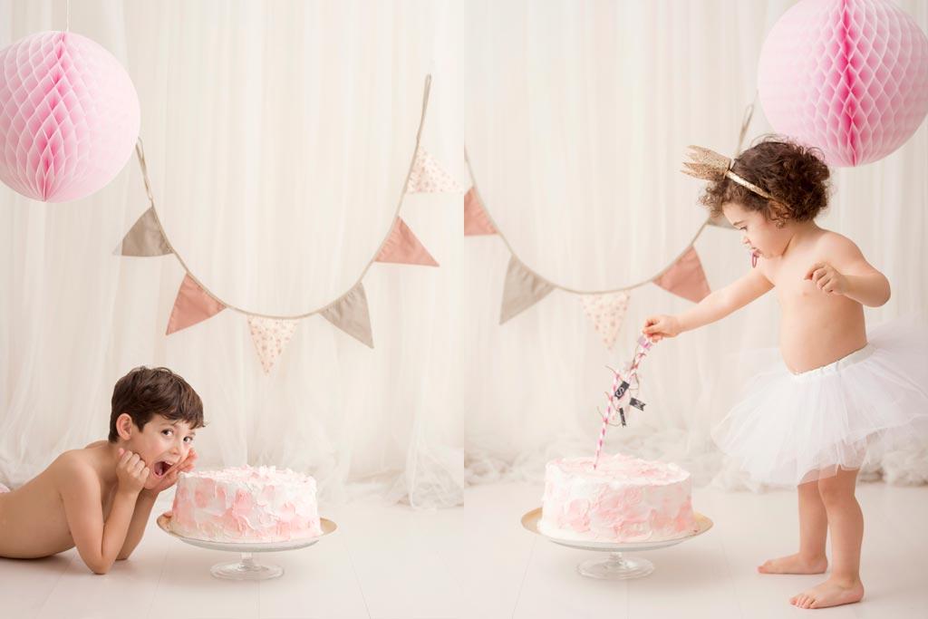 Niños jugando con el pastel de cumpleaños en la sesión fotográfica de smash cake