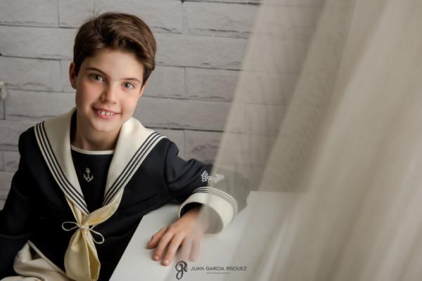 Niño con traje de marinero en sus fotos de primera comunión