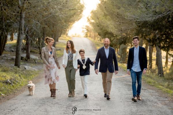 Familia paseando con su hijo vestido de Primera Comunión para su reportaje
