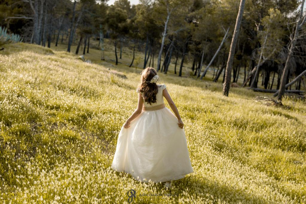 Niña paseando por el campo vestida de Primera Comunión en su reportaje de fotos