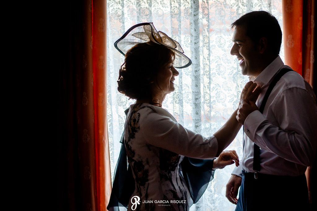 Madre del novio ajustando la corbata