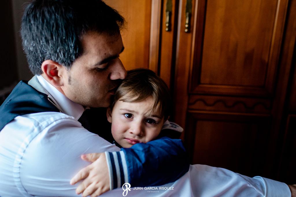 Novio abrazando a un niño
