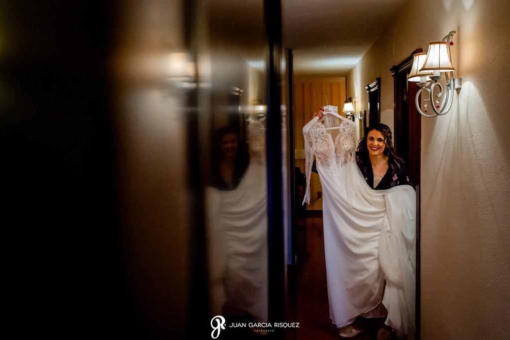 Novio cogiendo su vestido