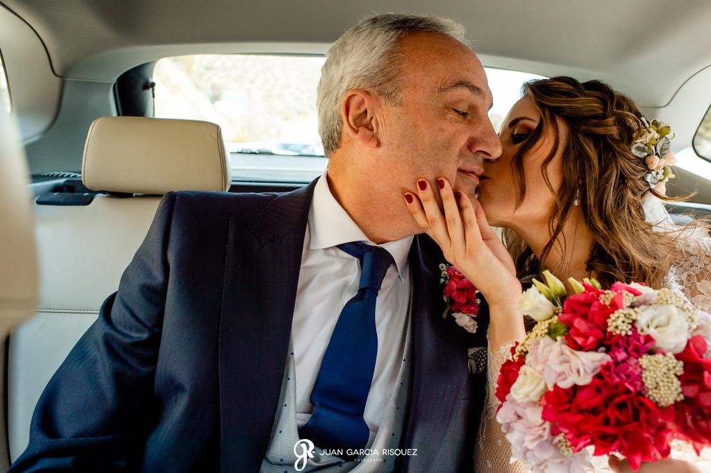 Beso de una novia a su padre