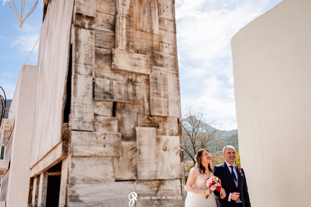 Novia acompañada de su padre al altar