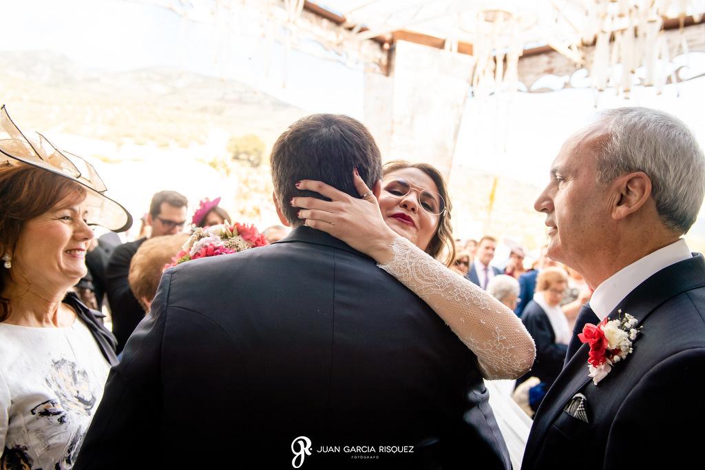 Novios en una boda viéndose por primera vez