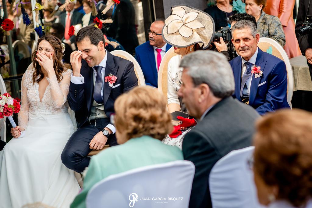 Novios riéndose en su boda