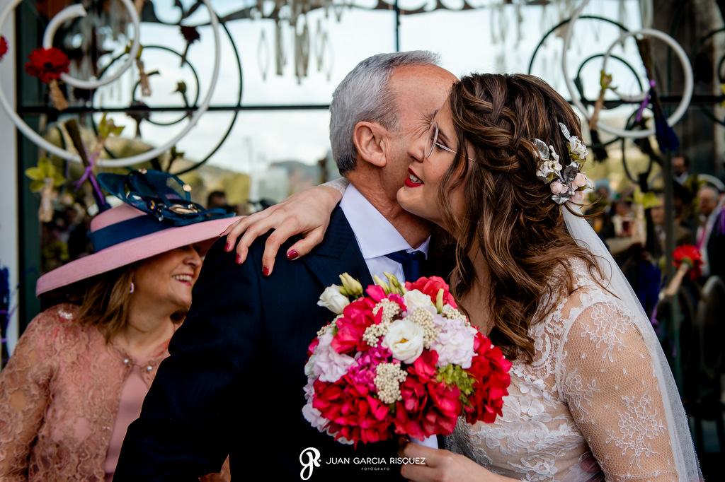 Novia abrazando a su padre en la boda