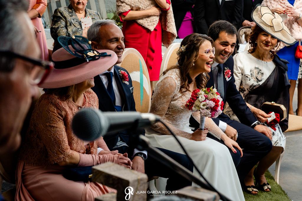 Novios disfrutando de su boda civil
