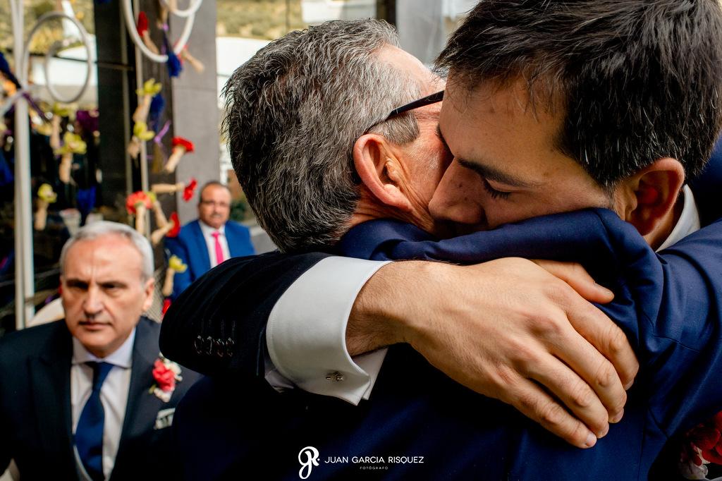 Novio abrazando a su padre