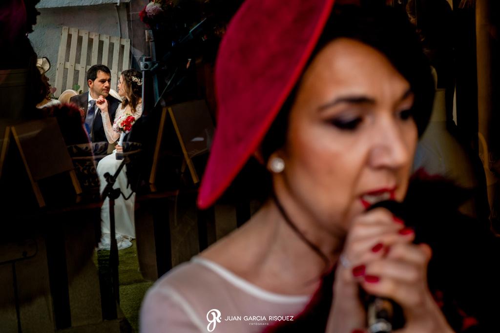 Novios acariciándose en su boda