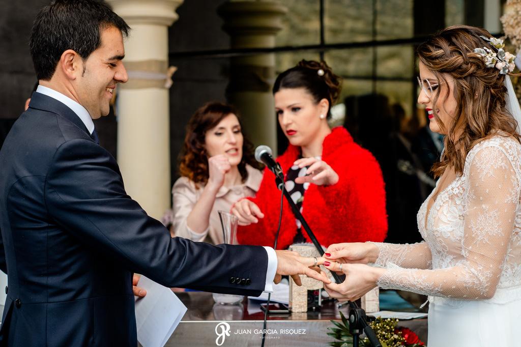 Novios poniéndose los anillos en su boda