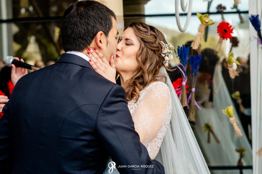 Novios besándose en su boda en Jaén