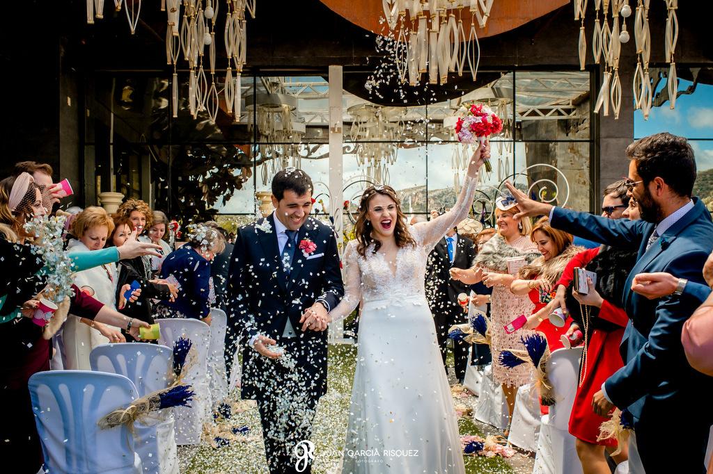 Novios celebrando su boda
