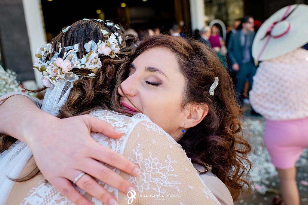 Amiga de la novia abrazándola