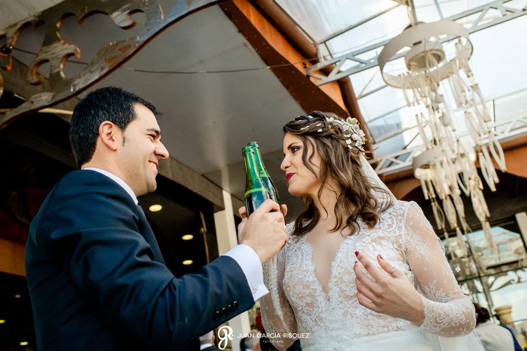 Novios brindando con cerveza en su boda