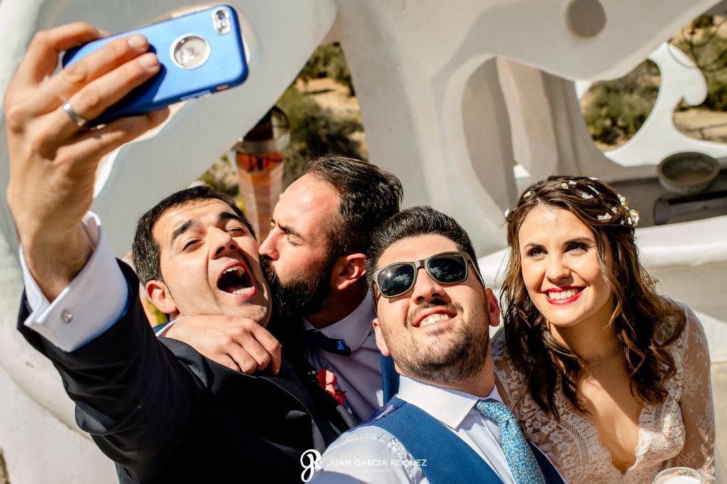 Novios haciéndose un selfie