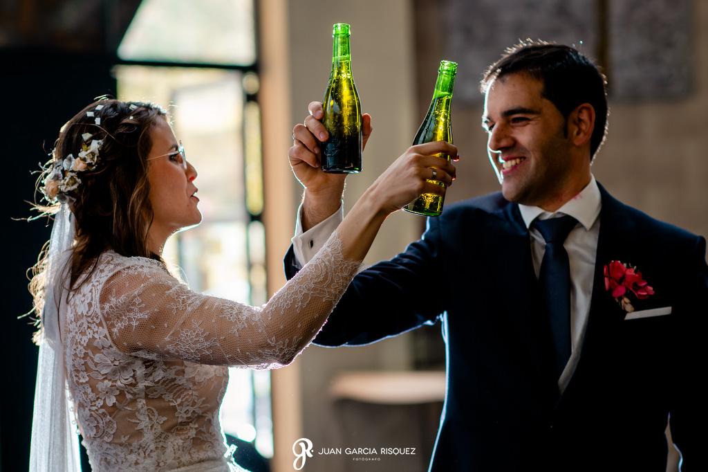 Novios brindando con Heineken