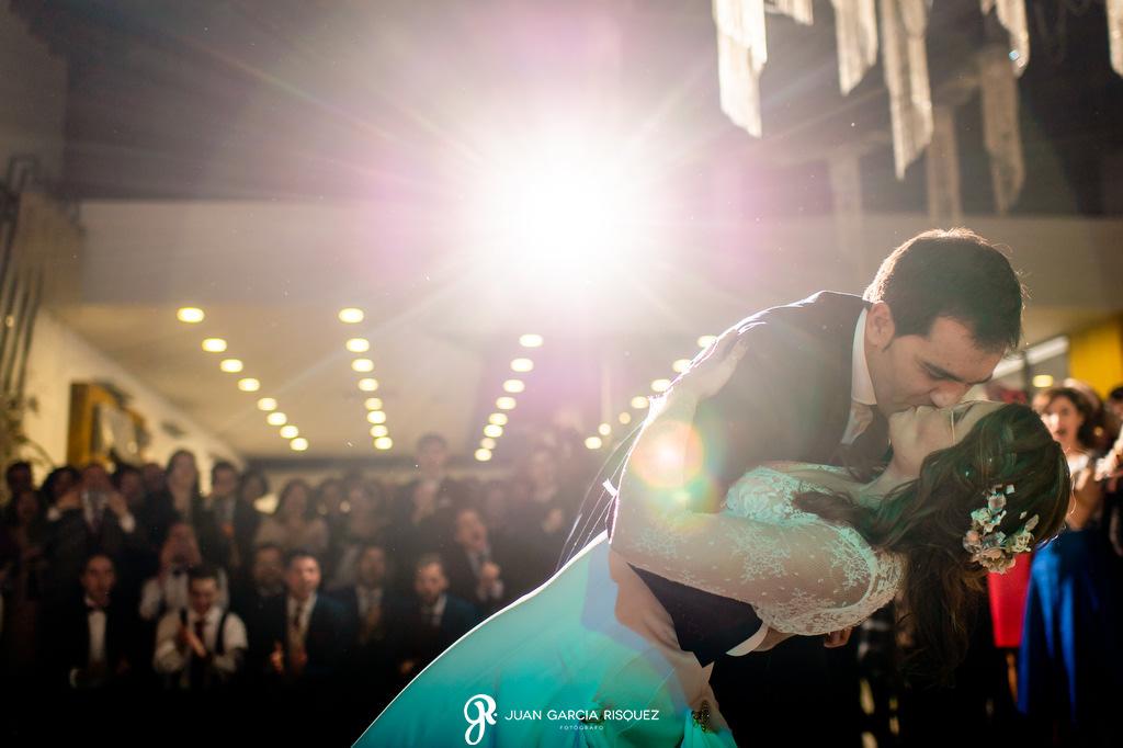 Novios besándose en su primer baile