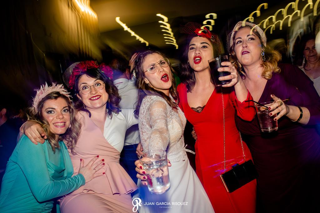 Novia con sus amigas en la fiesta