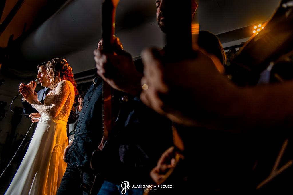 Novios subidos al escenario en su boda
