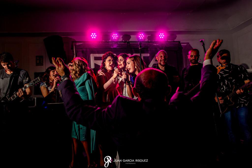 Amigas de la novia cantando en la fiesta