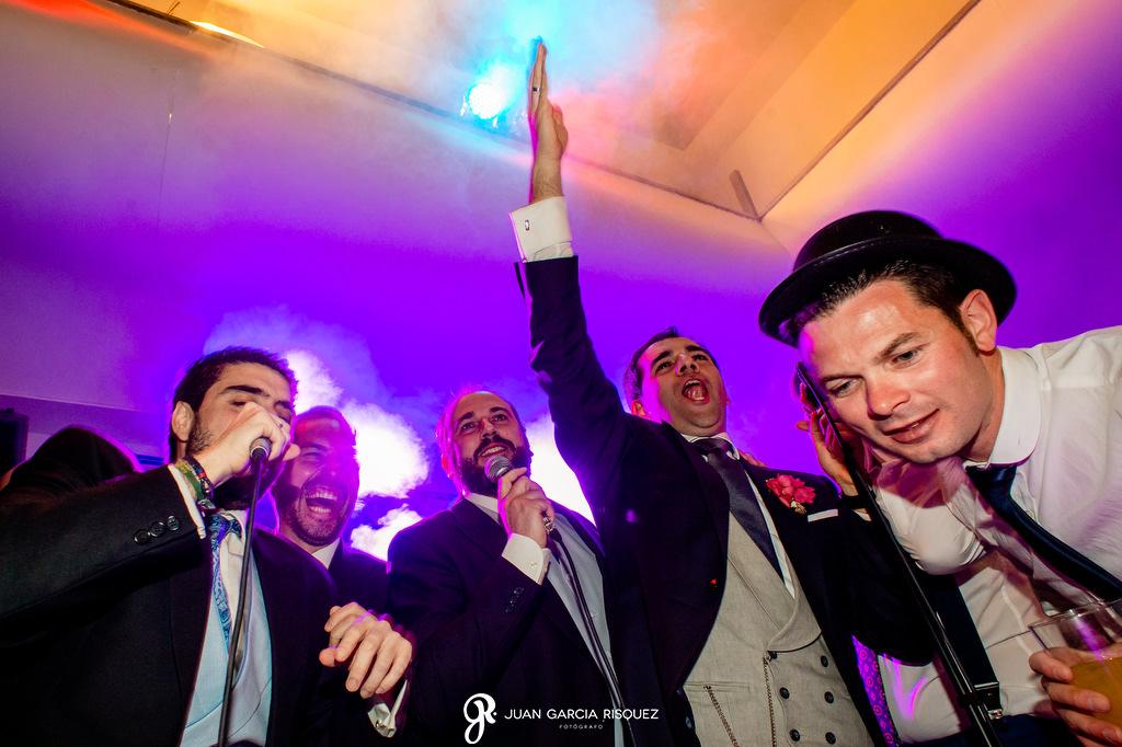 Amigos del novio cantando en la boda