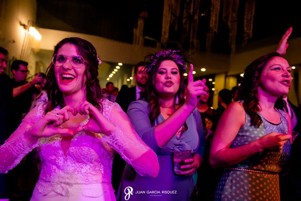 Invitados de boda bailando