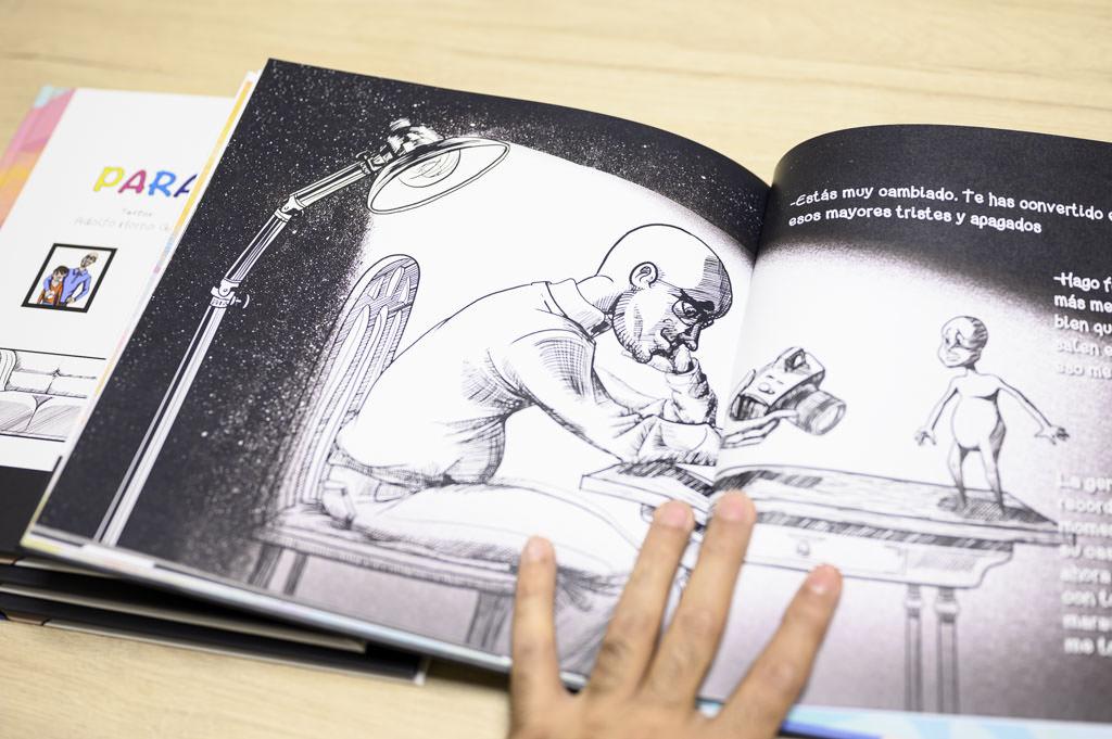 Fotografia de un libro automedicado por un fotógrafo de Jaén con la historia de como se convirtió en un apasionado de la fotografía