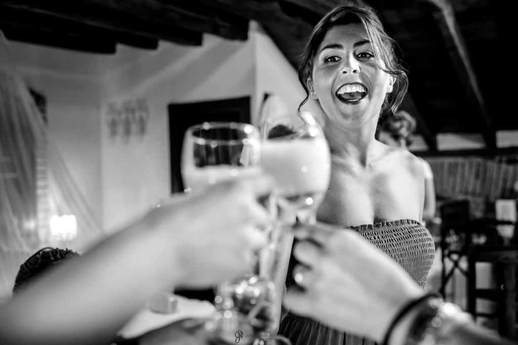 Reportaje de fotos de boda en Jaen Linares brindando