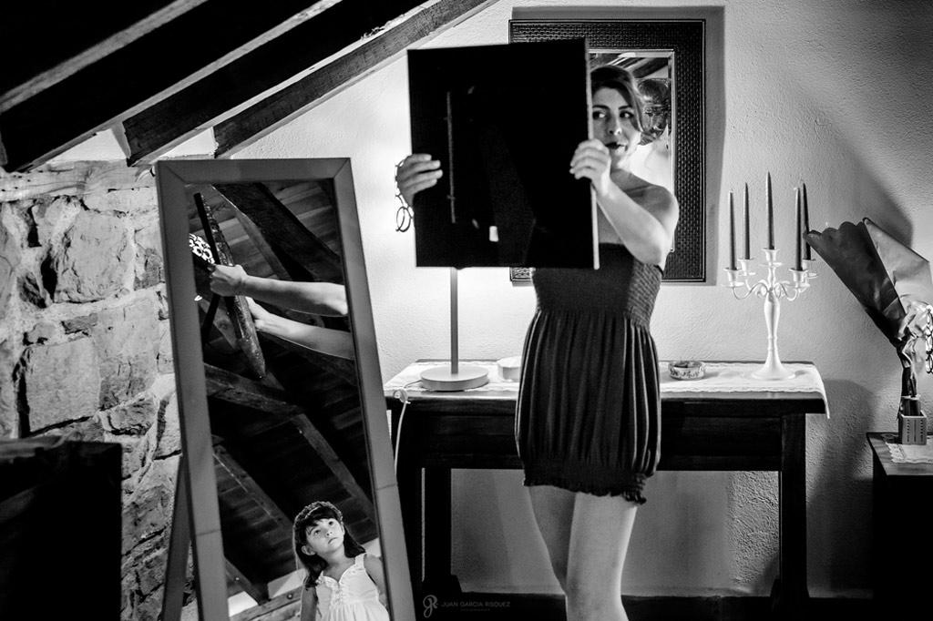 Reportaje de fotos de boda en Jaen novia se mira al espejo