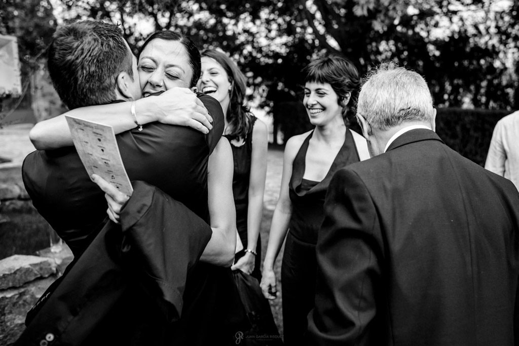 Reportaje de fotos de boda en Jaen novio abrazando amigos