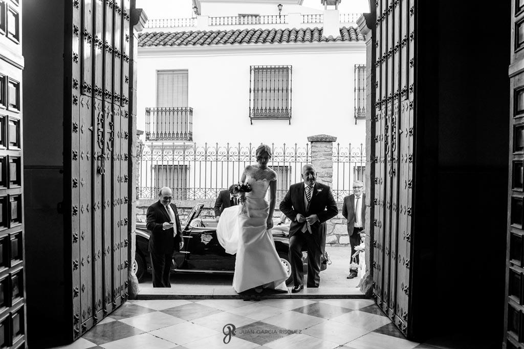 Reportaje de fotos de boda en Martos Jaen novia con padrino en iglesia