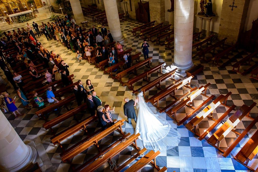 Reportaje de fotos de boda en Martos Jaen novia entrando en iglesia
