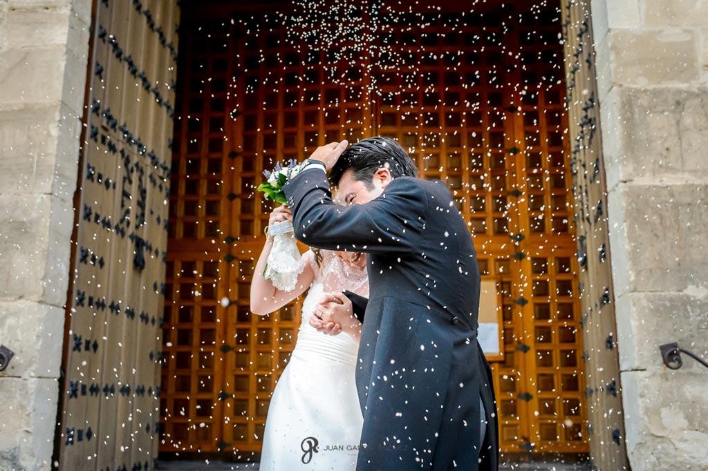 Reportaje de fotos de boda en Martos Jaen lanzan arroz a miguel y maria